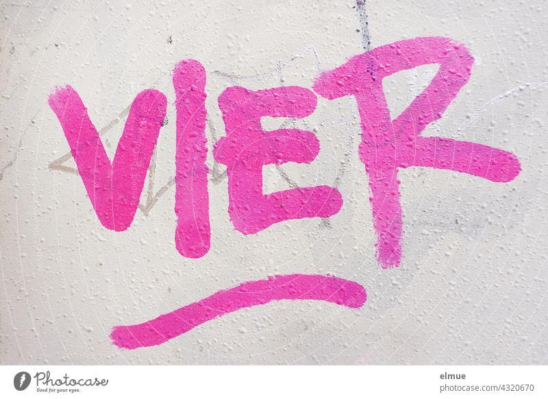 VIER steht in pink an der grauen Wand / Graffito vier 4 Graffiti sprayen Farbe rosa Druckbuchstaben Buchstabe Straßenkunst Schmiererei Kreativität Typographie