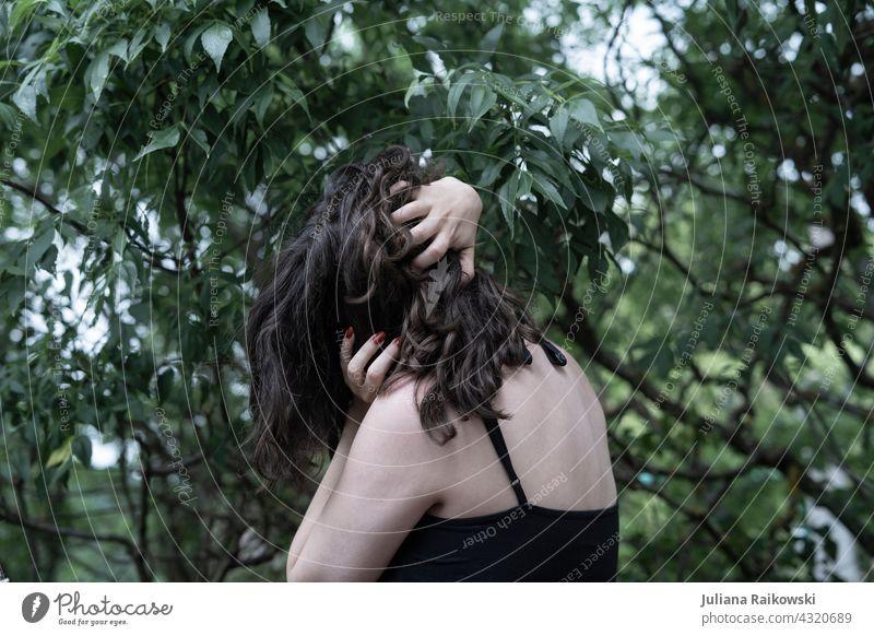 verzweifelte Frau im Wald Gefühle emotion Emotion Mädchen schön Traurigkeit Haare & Frisuren Schönheit Depression traurig brünett braune Haare allein