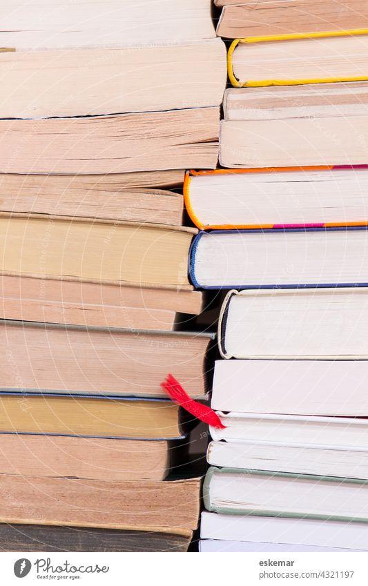Bücher bücherstapel Buch Nahaufnahme Detailaufnahme Heftklammer lesen Germanistik Literatur Römer niemand Lektüre textfreiraum Studium Schreibtisch viele