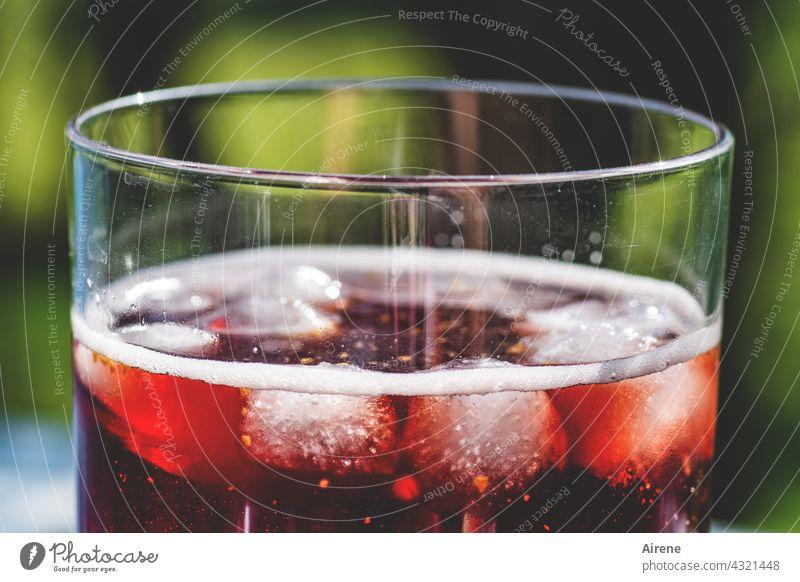 man gönnt sich ja sonst nichts Getränk Alkohol trinken Aperitif Sommer rot Glas kalt Flüssigkeit lecker süß Erfrischungsgetränk Durst Saft positiv heiter