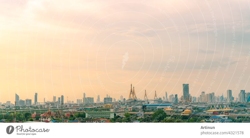 Stadtbild von modernen Gebäude in der Hauptstadt. Wolkenkratzer Gebäude. Grüne Bäume in der Stadt zur Reduzierung der Luftverschmutzung. Sauerstoff für das städtische Leben. Umweltfreundliche Stadt. Städtische Skyline. Crowded von Hochhaus Gebäude.