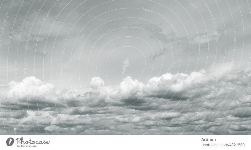 Panorama-Ansicht von bedecktem Himmel. Dramatischer grauer Himmel und weiße Wolken vor Regen in der Regenzeit. Bewölkter und stimmungsvoller Himmel. Sturmhimmel. Wolkenlandschaft. Düsterer und stimmungsvoller Hintergrund. Bedeckte Wolken.