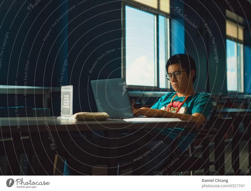 Männer arbeiten mit schlechter Laune Stimmung verärgert Frustration frustriert traurig unglücklich Verzweiflung Depression Angst Traurigkeit beunruhigt