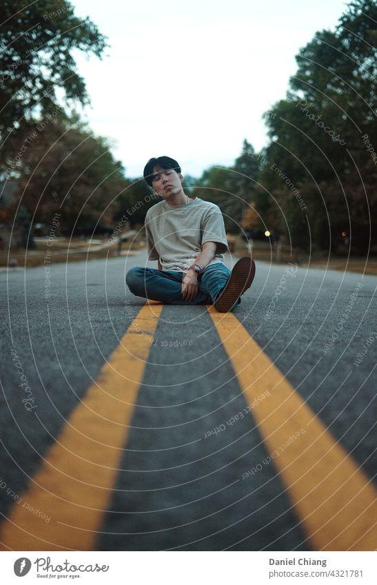 Erschöpfte Männer, die auf der Straße sitzen hoffnungslos Gefühl traurig frustriert Frustration verärgert Stimmung unglücklich Verzweiflung Depression Schmerz