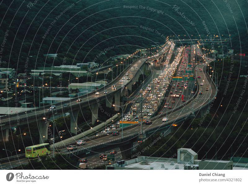 Verkehrsautobahn Autobahn Verkehrswege Ampel Fahrbahn Brücke PKW Stimmung Moment Lifestyle bewegend schnell Fahrzeug Morgendämmerung dunkel asiatisch