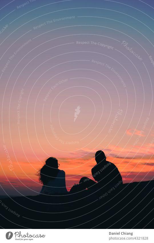 Ehepaar mit schönen rosa Himmel Blick Erholung Frau Ferien & Urlaub & Reisen Natur romantisch Farbfoto Morgen Stimmung Sonnenaufgang - Morgendämmerung