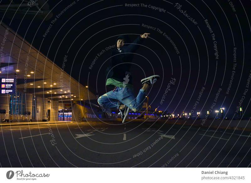 Junge tanzt in der Nacht Kraft stark asiatisch Spielen Sommer Glück aufregend Person Schatten Gefühl Tanzfläche Tänzer Tanzen Stil selbstbewusst Moment Sport