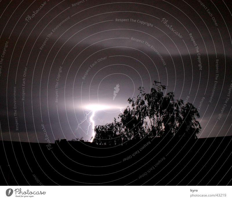 pure energy Blitze Haus Nacht Baum Wolken Donnern Gewitter dunkel hell Energiewirtschaft Regen Wind Himmel