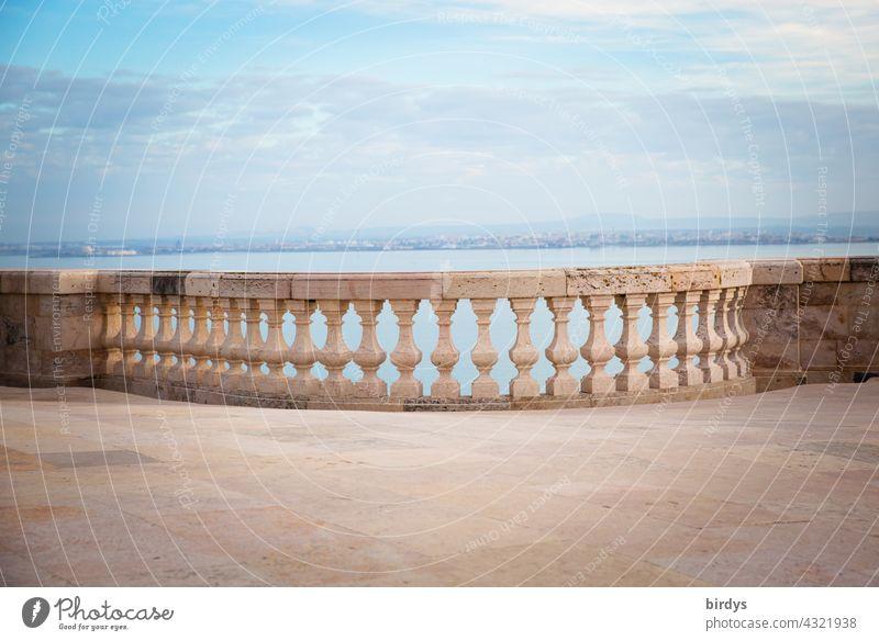 Historische Steinbrüstung in Lissabon , im Hintergrund der Fluß Tejo Brüstung historisch Architektur Ausblick Geländer Himmel Ferien & Urlaub & Reisen