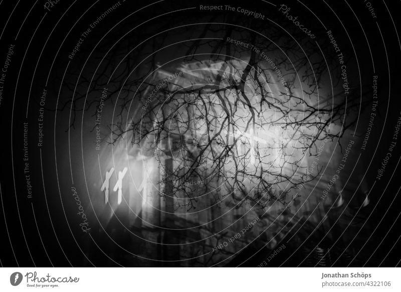 leuchtendes Kreuz bei Nacht am Kirchturm hinter Baum Glitch Effekt reduziert Jesus Christus Gott Erlösung Farbe Tod Trauer Vergänglichkeit Rettung Rätsel