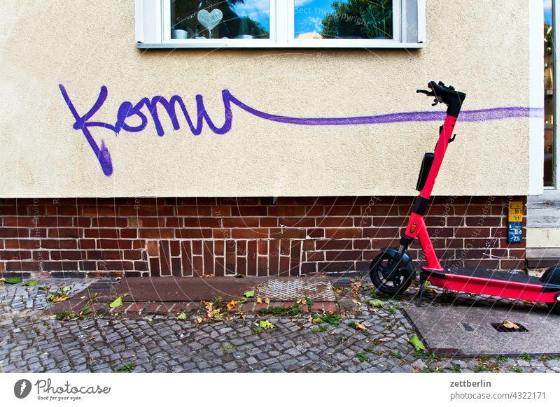 Komu_____ aussage botschaft farbe gesprayt grafitti grafitto illustration kunst mauer message nachricht parole politik sachbeschädigung schrift slogan sprayen