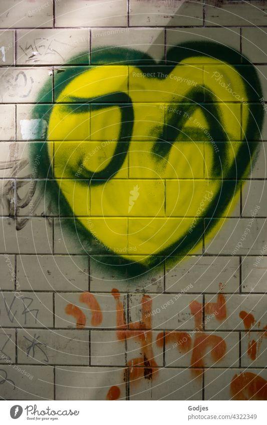 Herz mit dem Wort 'ja' als Graffiti an eine Wand gemalt   gezeichnet & gemalt Heiratsantrag Bejahung Antwort Liebe Menschenleer Farbfoto Romantik Hochzeit