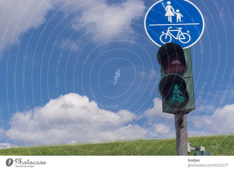Fußgängerampel und Straßenschild vor blauem Himmel Verkehrszeichen Schilder & Markierungen Verkehrsschild Zeichen Straßenverkehr Sicherheit Wege & Pfade