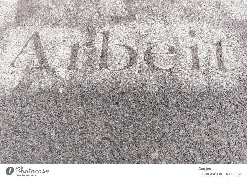 Wort 'Arbeit' in Schablonentechnik auf grauem Beton streetart Graffiti Kunst Wand Boden Straßenkunst Schriftzeichen Außenaufnahme Kreativität Schmiererei