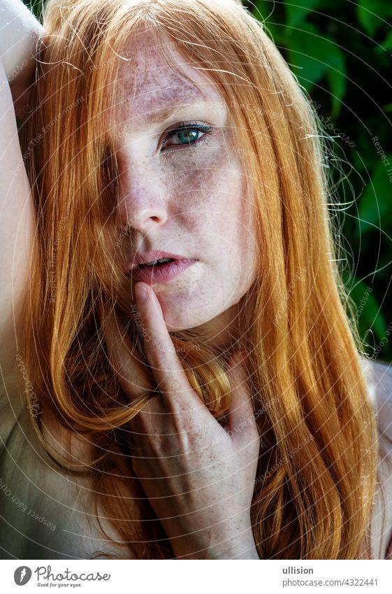 junge schöne sexy rothaarige Frau mit Finger sexy Lippen mündliche Sinnlichkeit Rotschopf Mund sinnlich Sommersprossen rote Haare Auge Frauen Nahaufnahme