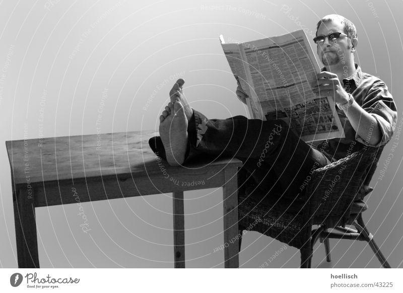 Lesen bildet! Mann Fuß Zufriedenheit Tisch Coolness lesen Brille Stuhl Zeitung Information Hose Jacke Sonnenbrille lässig Zeitschrift Barfuß