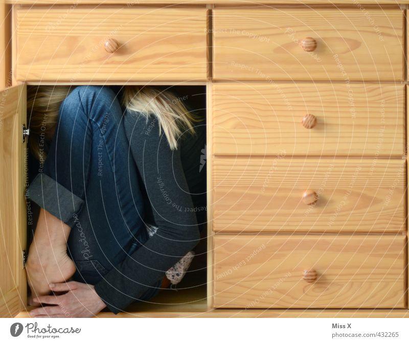Versteckt Mensch feminin lustig Innenarchitektur klein außergewöhnlich Umzug (Wohnungswechsel) Möbel verstecken skurril bizarr gefangen beweglich Schüchternheit einrichten Schrank
