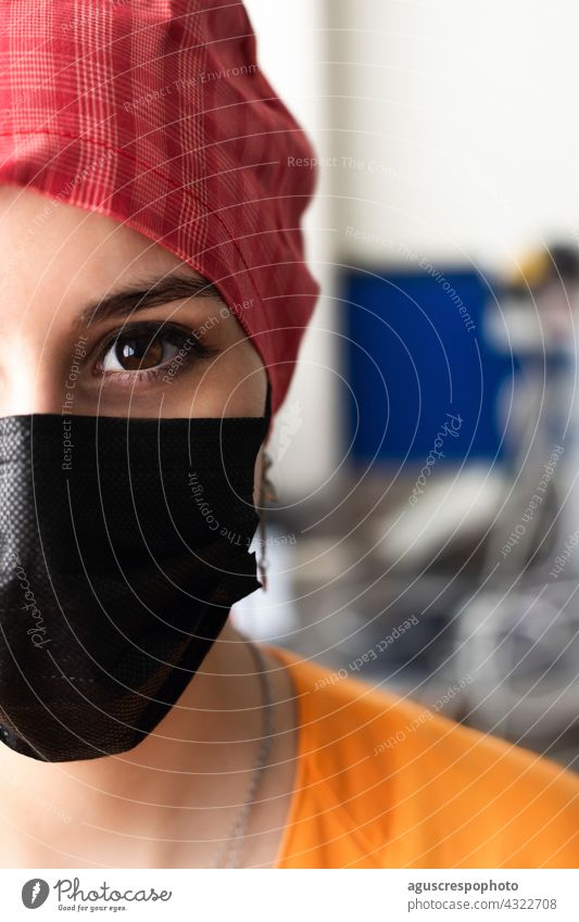 Gesicht eines jungen Arztes, der sich auf den Eintritt in den Operationssaal vorbereitet Auge Porträt Krankenpfleger Mundschutz Operationsmaske Verschlussdeckel