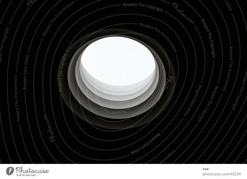 lichtquelle Fenster Architektur rund Mitte Loch Textfreiraum Durchblick Mittelpunkt Lichtblick Wurmloch Rundfenster Vor dunklem Hintergrund