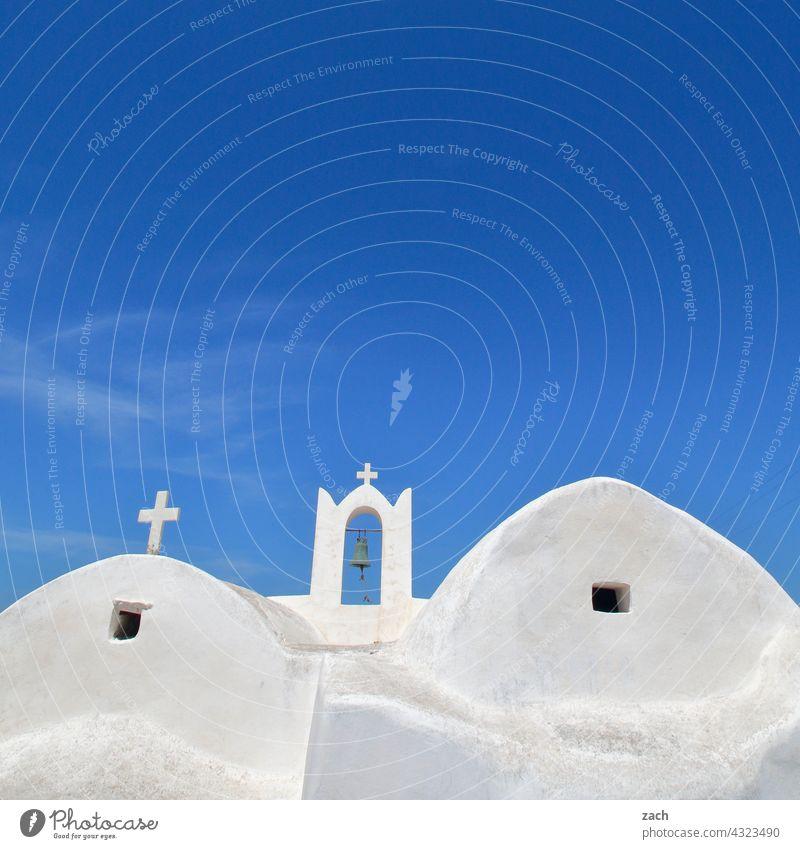 beim Griechen Kirche Kapelle Häuser Haus Dorf Ios blau Hügel Himmel Schönes Wetter Insel Kykladenarchitektur Mittelmeer Ägäis Griechenland