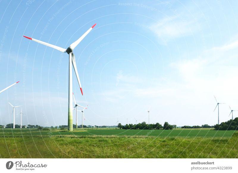 Windräder im norddeutschen Flachland Windrad Windpark Windturbine Windenergie Windkraftanlage Erneuerbare Energie Energiewirtschaft Elektrizität Umweltschutz
