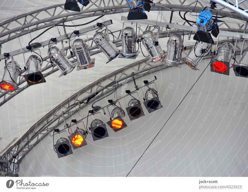 eine Frage der Lichttechnik Veranstaltung Hintergrundbild Bühne Scheinwerfer Bühnenbeleuchtung Konzert Beleuchtung Show Traverse Hintergrund neutral aufgehängt