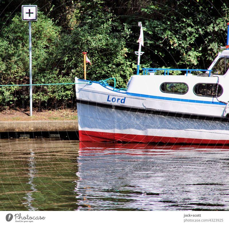 ein kleiner Lord befestigt am halben Kilometer Boot Binnenschifffahrt Wasserfahrzeug Schifffahrtszeichen Zeichen schwarzes Kreuz weiße Tafel