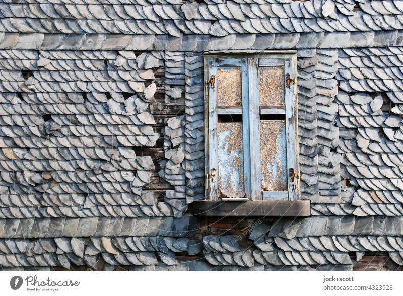 Fensterladen geschlossen mit schiefen wackligen Dachziegeln Haus Architektur Strukturen & Formen Steildach Hintergrundbild Fassade Verfall alt Zahn der Zeit