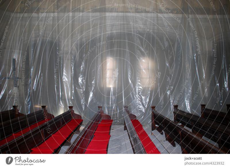 mit Bauplane angehängter Kirchenraum Abdeckplane Schutz Kirchenbank Bank Religion & Glaube Gotteshäuser Sanierung Blitzlichtaufnahme Menschenleer verdeckt
