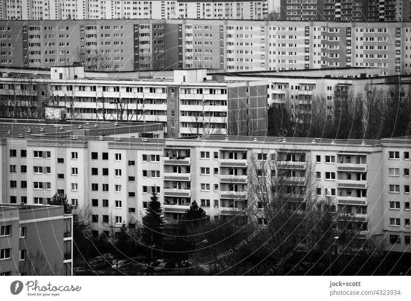 ehemalige Arbeiterschließfächer in schwarz und weiß Plattenbau Fassade Einigkeit Strukturen & Formen Marzahn Berlin Architektur Wohnhochhaus Panorama (Aussicht)