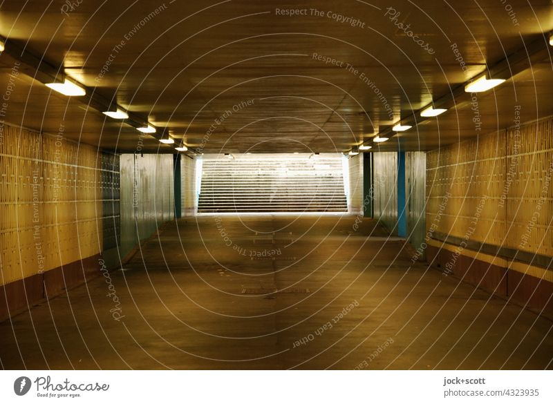 gerade Unterquerung mit künstlicher Beleuchtung Tunnel Tunnelblick Untergrund Marzahn Berlin Architektur Lichterscheinung Strukturen & Formen Wege & Pfade