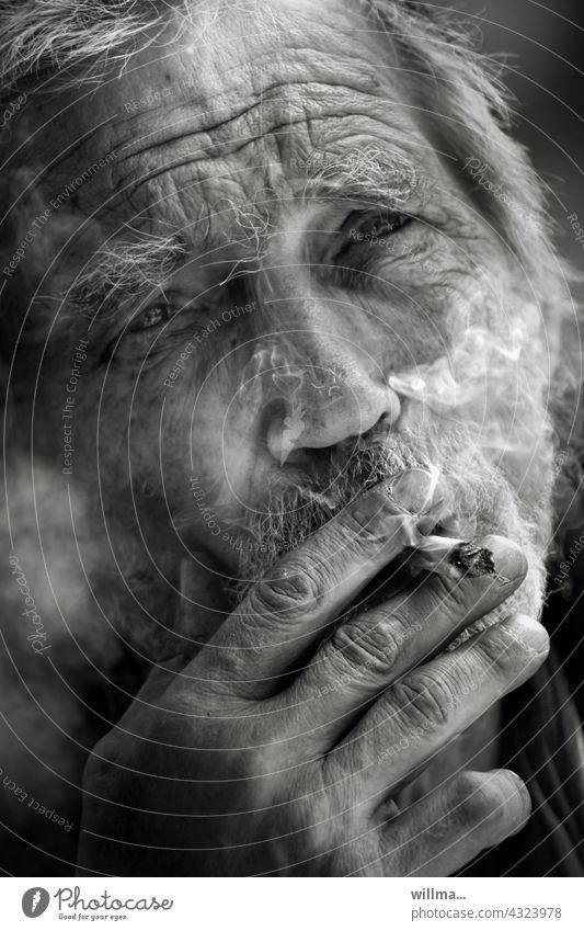Rauchpause rauchen Zigarette Mann Porträt Raucher Senior Bart grauhaarig