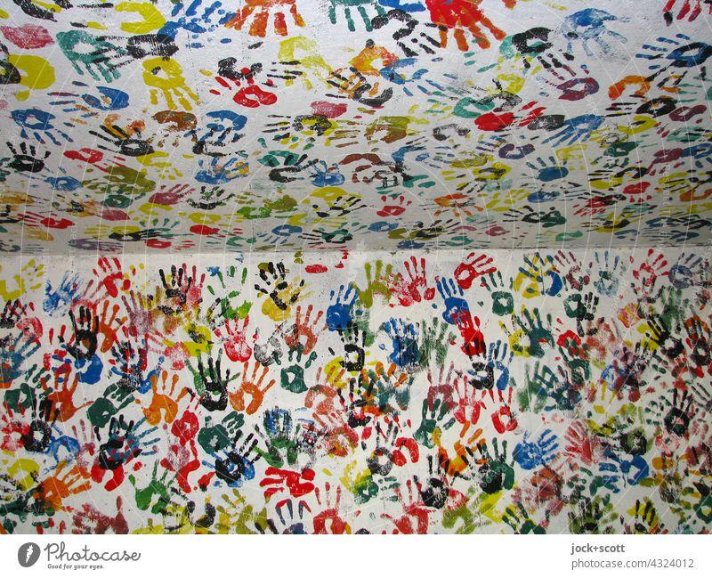 gezeichnet & gemalt | Hand für Hand in jeder Ecke auf jede Wand Straßenkunst Abdruck berühren Zusammensein viele Gesellschaft (Soziologie) Inspiration Teamwork