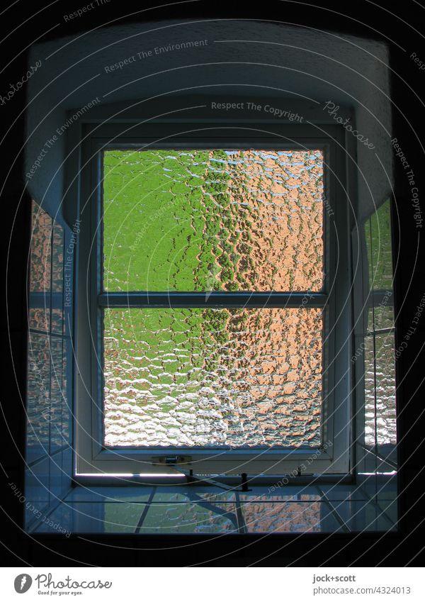 Fenster mit geriffelter Glasscheibe Fensterbank Fensterleibung Fensterscheibe Reflexion & Spiegelung Kacheln Architektur Sonnenlicht transparent