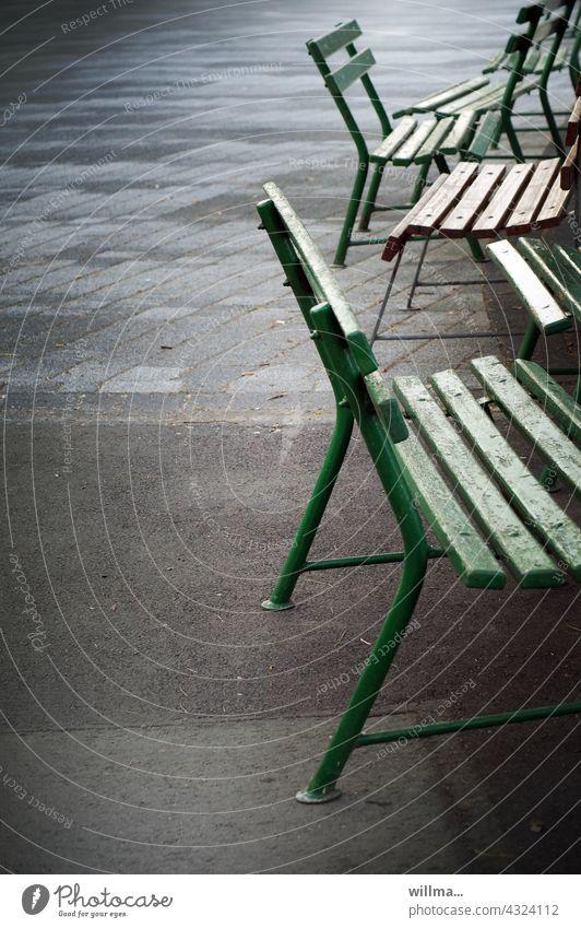 Ordnung im Chaos - bankstrategische Wendepunkte Bänke Bank Corona Abstand Banking Sitzgelegenheit leer unbesetzt Gartenbank Platz Menschenleer