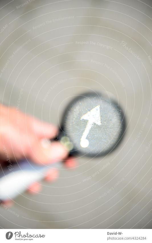aufwärtstrend - Pfeil zeigt nach oben Erfolg Lupe Erfolgskonzept positiv richtungweisend Richtung Optimismus untersuchen Ziel Zukunft Orientierung