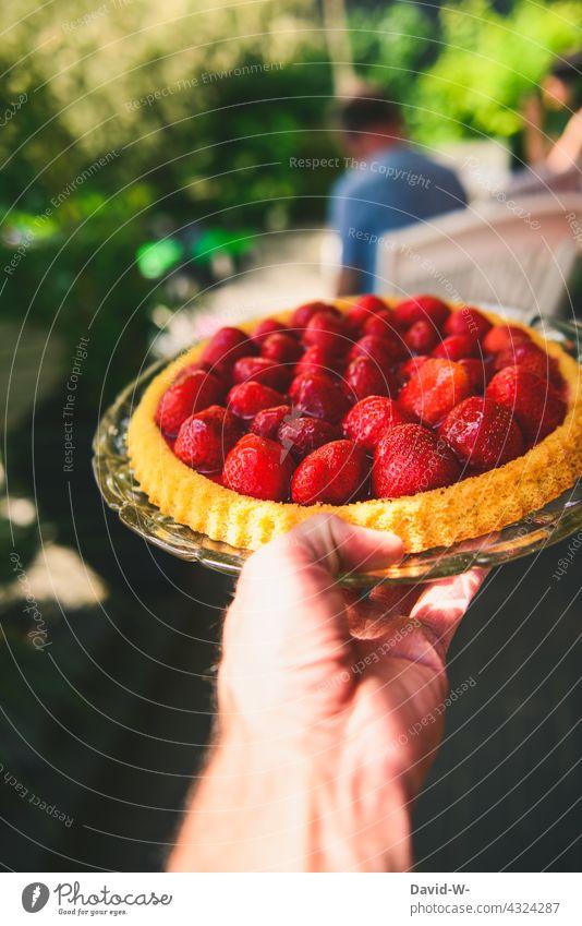 heute gibt es Erdbeerkuchen Kuchen lecker Ernährung Sommerzeit Erdbeeren köstlich gastgeber Kuchen essen Hand Kuchenplatte