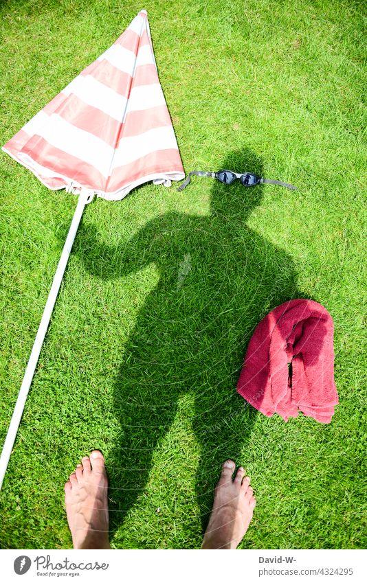 Sommerzeit Urlaub machen Sommerurlaub Ferien & Urlaub & Reisen baden Vorbereitung Vorfreude Schatten Erholung kreativ schwimmen Mann Taucherbrille Freibad