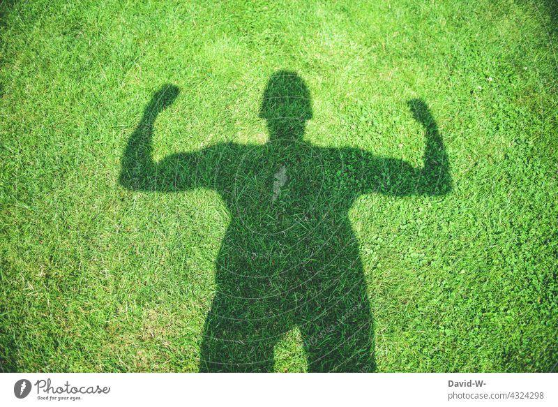 die Natur stärken - Kraft und Umwelt Stärke Umweltschutz Power Klimaschutz Selbstbewusstsein Schatten muskeln Mann Mensch nachhaltig grün Erfolgskonzept