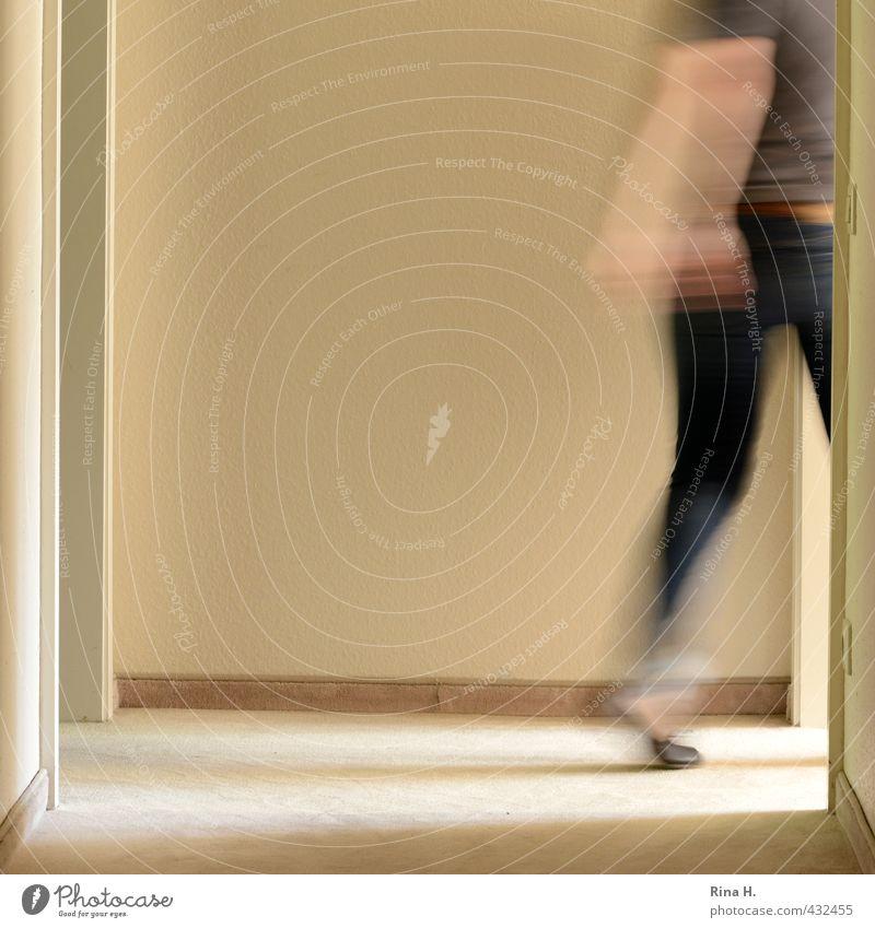 Bin gleich wieder da Frau Erwachsene 1 Mensch Mauer Wand T-Shirt Jeanshose gehen laufen authentisch hell Geschwindigkeit Flur Türrahmen beige Innenarchitektur