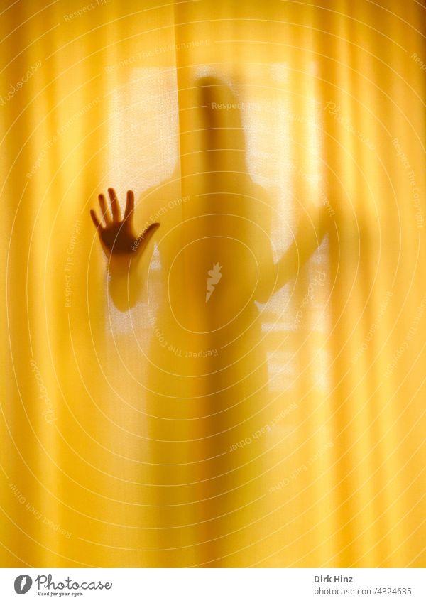 *600* Frau hinter einem gelben Vorhang Fenster Mensch Hand Zeichen Licht Gardine Häusliches Leben Wohnung Innenaufnahme Schatten Kontrast Innenarchitektur Geist