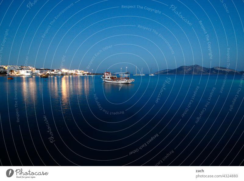 Blaue Stunde Abend Felsen Wasser Hügel Urlaub Sommer Himmel blau Küste Inseln Dämmerung Sonnenaufgang Mittelmeer Sonnenuntergang Sonnenlicht ägäisch Ägäis Meer