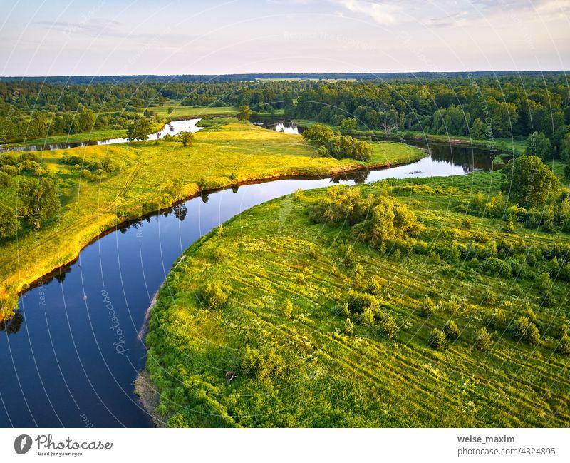 Luftaufnahme von Fluss in grünen Wiesen, schönes Sonnenuntergangslicht. Mäander Abendpanorama Sommer Landschaft Natur Baum Antenne Wald Wasser Irrfahrt Eiche