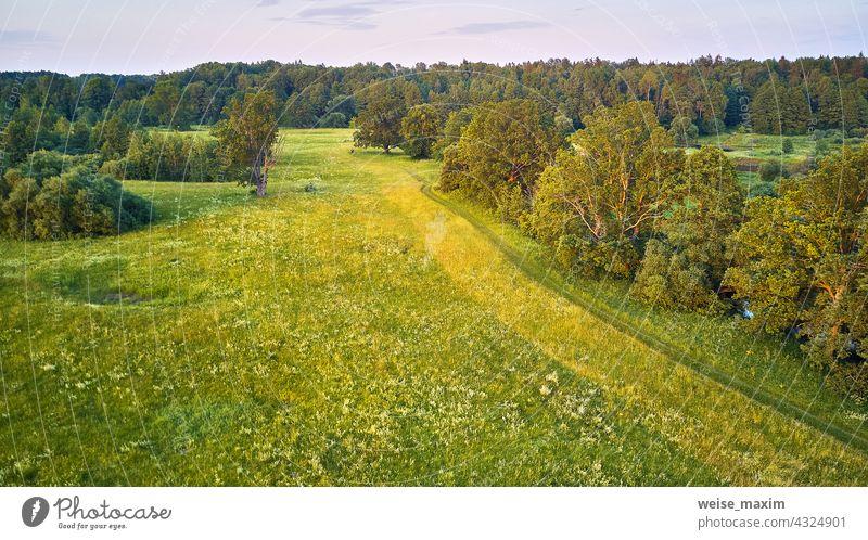 Eichen Sommer sonnige Landschaft. Malerische Landschaft Felder. Warmes Abendlicht. grüne Wiesen, schönen Sonnenuntergang Fluss Natur Baum Antenne Wald Wasser