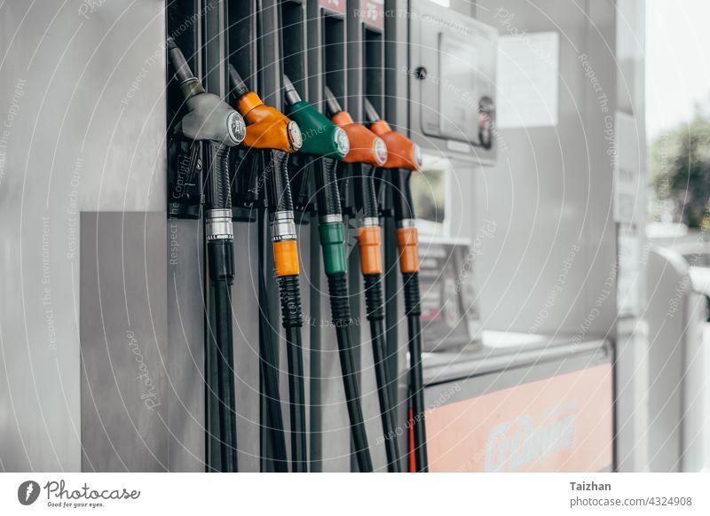 Detail einer Zapfsäule in einer Tankstelle. Verschiedene Betankungspistolen. Gas Schlauch Gallone Industrie PKW Gerät Auto Automobil Diesel Wirtschaft Motor