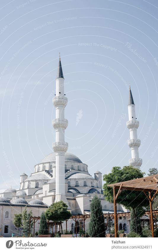 Ramadan Eid Konzept Hintergrund . Moschee Nahaufnahme Ansicht . Bischkek , Kirgisistan Religion Sonnenuntergang Architektur reisen Abenddämmerung Islam blau