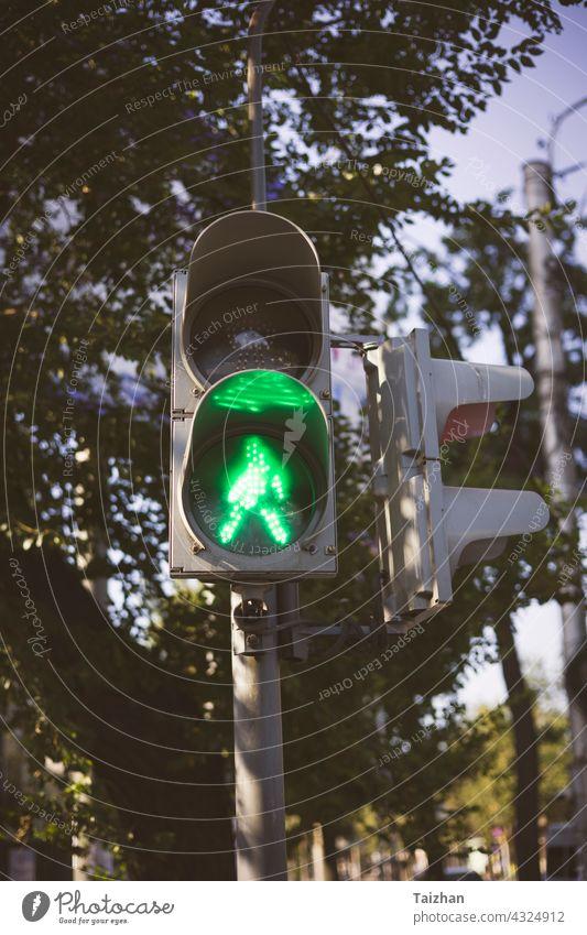 Ampel mit grünem Pfeil Licht in der Stadt . Nahaufnahme Verkehr Kontrolle Lampe signalisieren stoppen gehen Sie urban Farbe Straße Zeichen Symbol Regie fahren