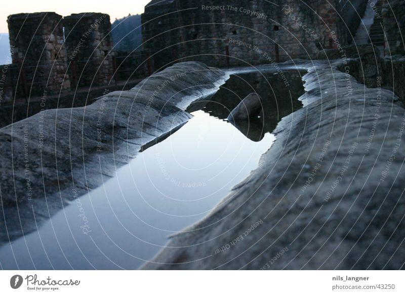 Wasserspiegel dunkel Spiegel Spiegelbild grau Licht Stein alt Schatten Burg oder Schloss