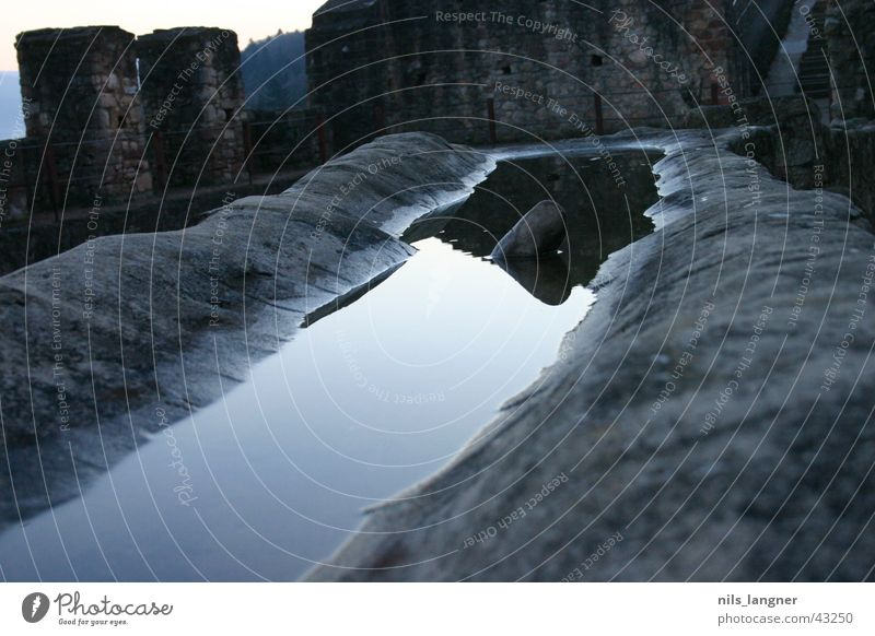 Wasserspiegel alt dunkel grau Stein Spiegel Spiegelbild