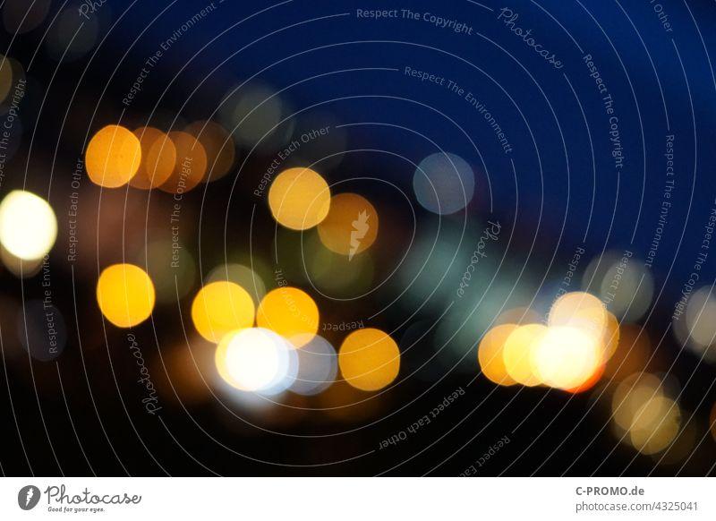 Lichtpunkte bei Nacht Unschärfe abstrakt blau gelb Stadt